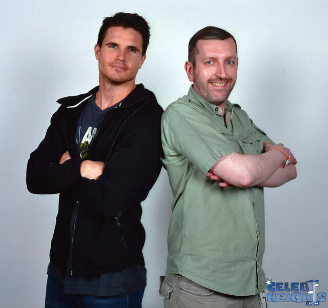 How tall is Robbie Amell