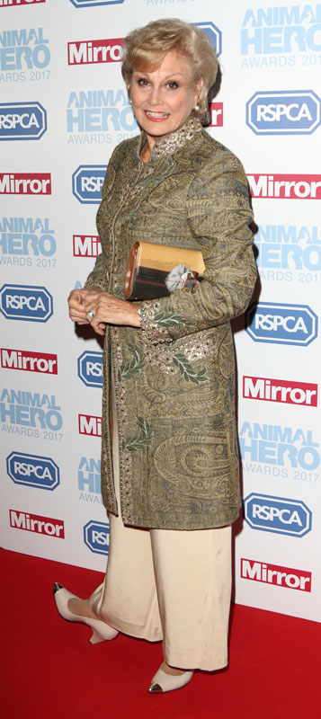 How tall is Angela Rippon