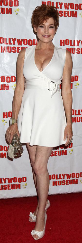 How tall is Carolyn Hennesy