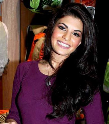How tall is Jacqueline Fernandez