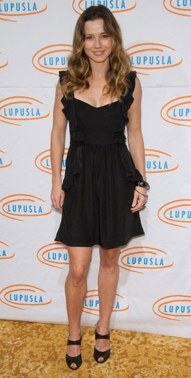 How tall is Linda Cardellini