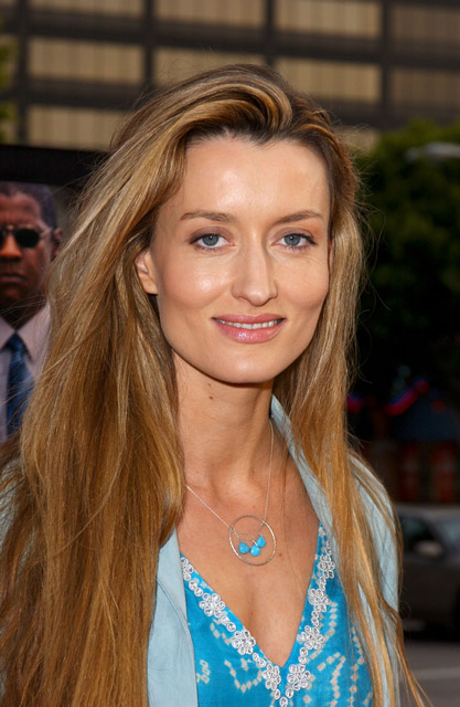 How tall is Natascha McElhone