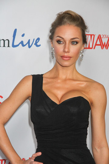 How tall is Nicole Aniston