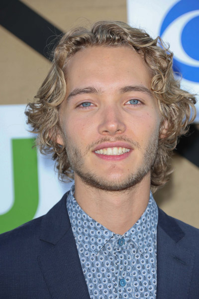 How tall is Toby Regbo